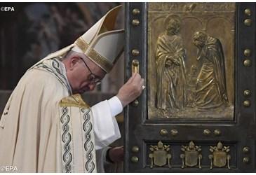 Le Pape François ouvre la Porte Sainte pour le Jubilé de la Miséricorde