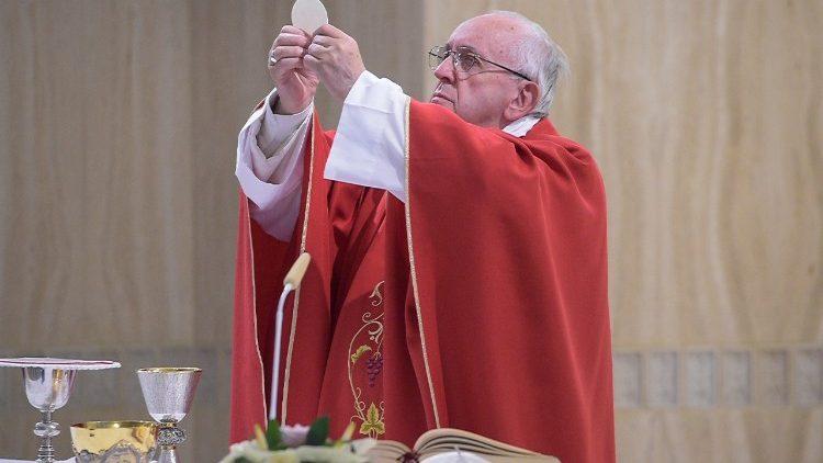 Le Pape célébrant la messe à Sainte-Marthe