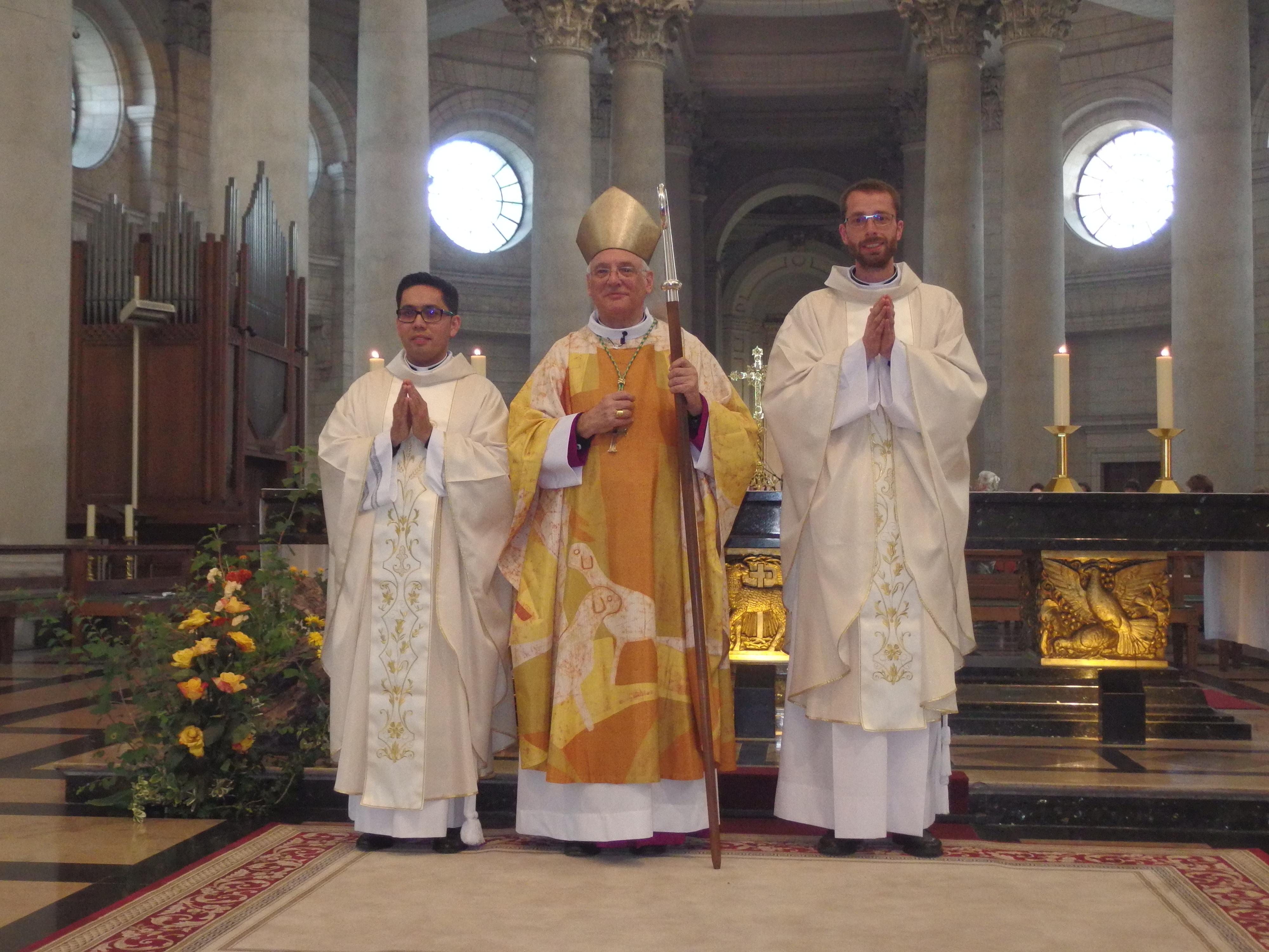 Msg Jaeger entouré des deux nouveaux prêtres ordonnés :